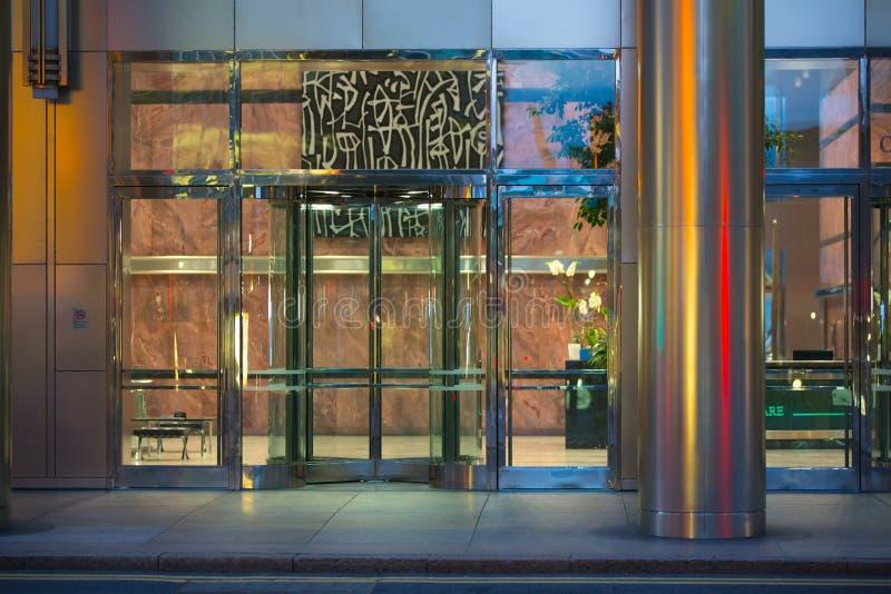 LONDRES, REINO UNIDO - 7 DE SEPTIEMBRE DE 2015: Entrada del edificio de oficinas en luz de la noche Vida de noche de Canary Wharf imagen de archivo libre de regalías