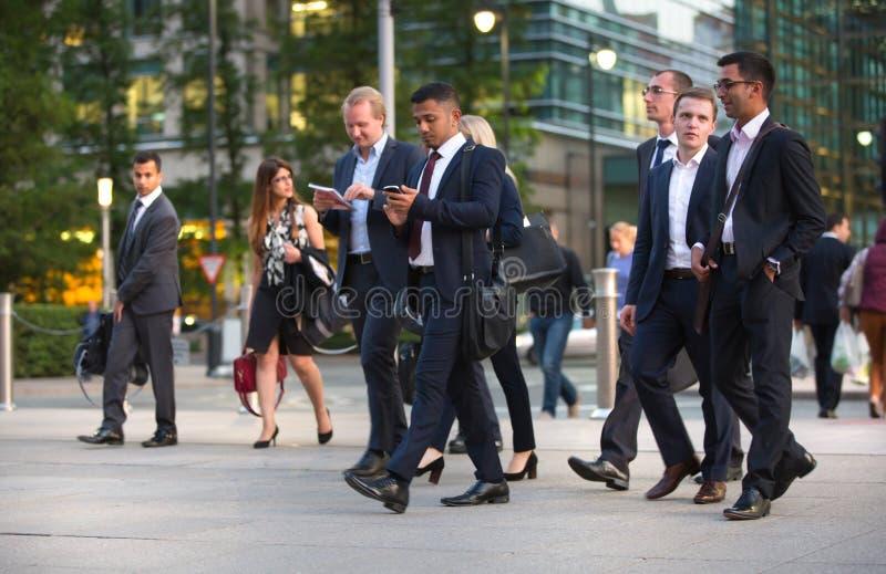 LONDRES, REINO UNIDO - 7 DE SEPTIEMBRE DE 2015: Vida empresarial de Canary Wharf Hombres de negocios que van a casa después de dí foto de archivo