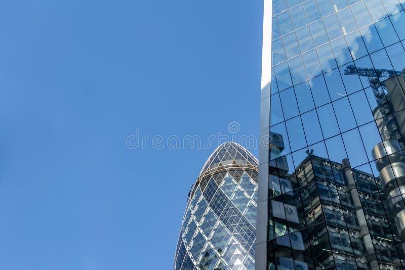 Londres, Reino Unido - 2 de septiembre de 2018: Reflexiones de la ciudad en las ventanas del edificio Londres del pepinillo imágenes de archivo libres de regalías