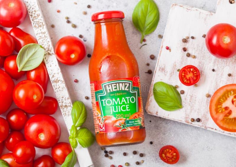 LONDRES, REINO UNIDO - 13 DE SETEMBRO DE 2018: Suco de tomate de Heinz com os tomates crus frescos na caixa no fundo de pedra da  fotos de stock royalty free
