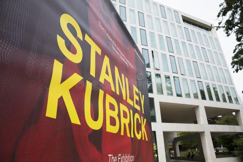 Londres, Reino Unido, el 18 de julio de 2019, banderas de Stanley Kubrick Exhibition fuera del museo del diseño en Kensington imagen de archivo