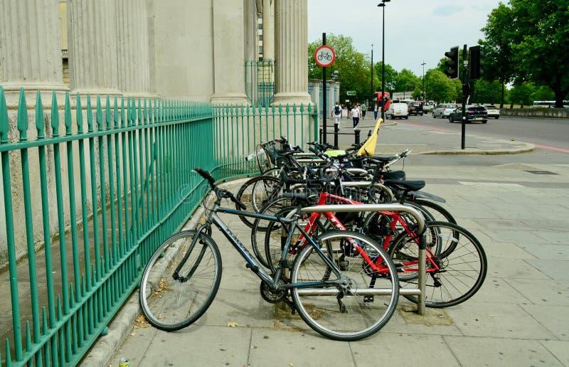 Londres, Reino Unido, julho de 2019 Várias bicicletas estacionadas na tela Hyde Park, uma entrada de canto no Hyde Park imagem de stock royalty free