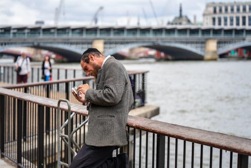 Londres, Reino Unido, julio de 2019 Primer del judío ortodoxo que ruega con un libro en su mano foto de archivo libre de regalías