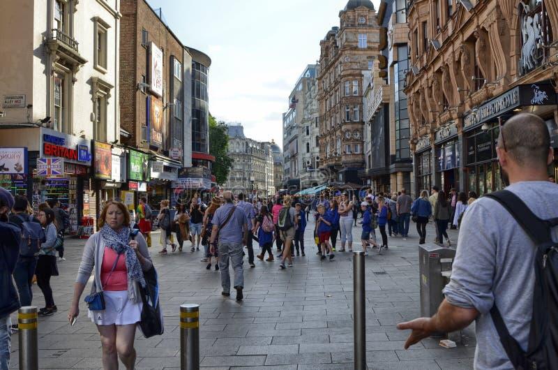 Londres, Reino Unido, junio de 2018 El aspecto de la ciudad alrededor de la estaci?n de metro del cuadrado de Leicester imagen de archivo