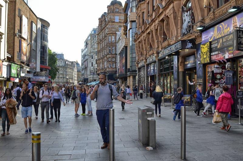 Londres, Reino Unido, junio de 2018 El aspecto de la ciudad alrededor de la estaci?n de metro del cuadrado de Leicester fotos de archivo libres de regalías