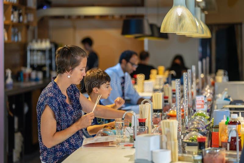 Londres, Reino Unido, o 1º de agosto de 2019 Povos que comem no sushi de Yo, Cambridge fotos de stock royalty free