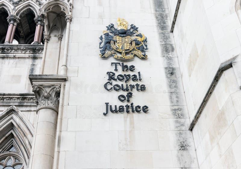 Londres/Reino Unido, o 6 de agosto de 2019 - crista na parede de Tribunais de Justiça reais na costa em Londres central imagens de stock royalty free