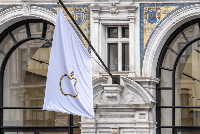 Londres, Reino Unido, o 14 de julho de 2019 Apple junta-se ao outro Major Tech Firms para comemorar o orgulho de Londres fotos de stock