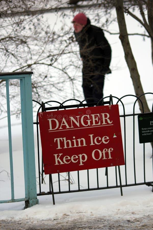 Londres, Reino Unido, o 2 de março de 2018 - o parque verde coberto na neve como comuters anda para trabalhar o animal do do lest fotografia de stock royalty free