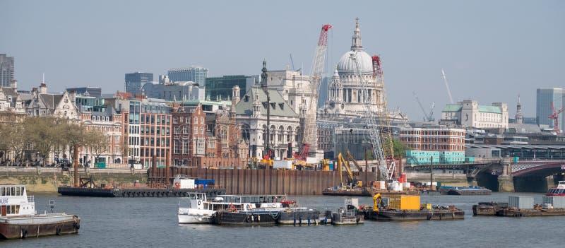 Londres Reino Unido Panorama que mostra a abóbada icónica da catedral do ` s de St Paul, do rio Tamisa, de guindastes e de constr fotos de stock royalty free