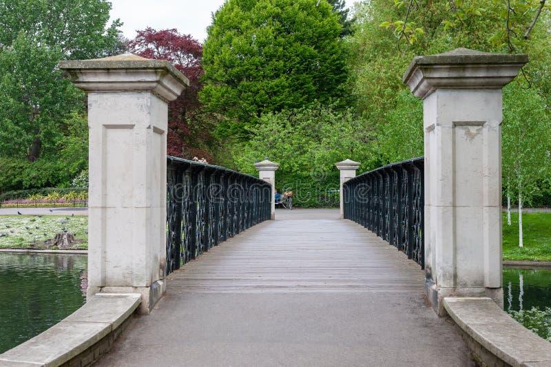 Londres, Reino Unido. 05-03-2019. Puente de Footpath sobre el canal del lago Boating en el parque Regent's en el centro de la ciud imagenes de archivo