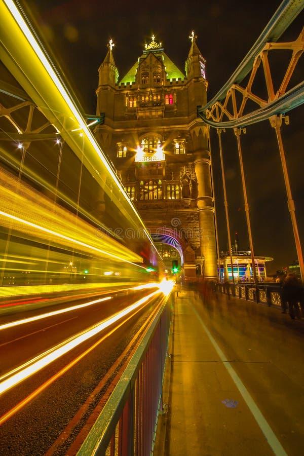 Londres Reino Unido - puente de la torre - en la noche - exposición larga fotos de archivo libres de regalías