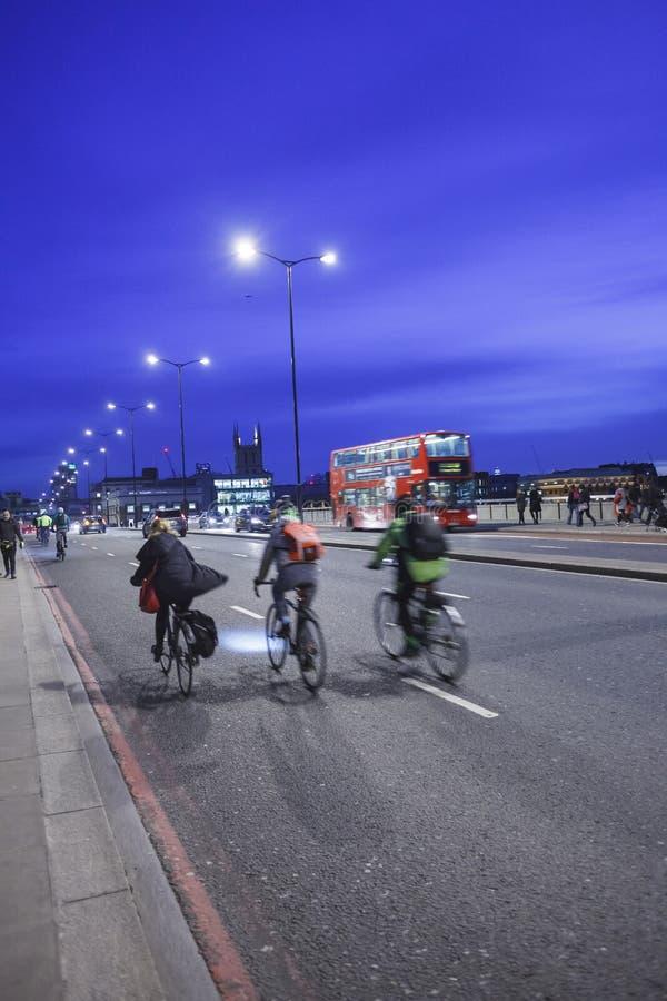 LONDRES, REINO UNIDO - 2016 03 02 : Puente de Londres con los ciclistas, igualando con el cielo azul fotos de archivo libres de regalías