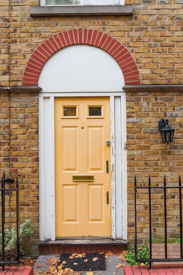 Londres, Reino Unido - puerta principal de madera inglesa típica fotografía de archivo