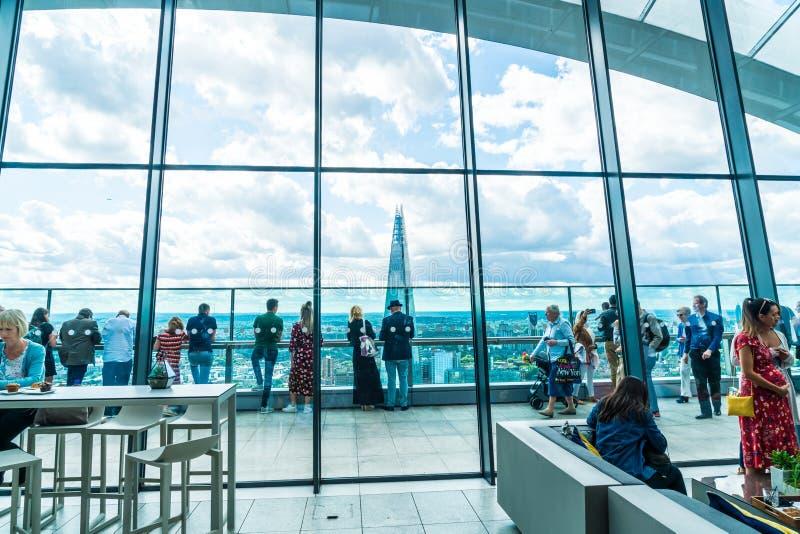Londres, Reino Unido - SEP 1 2019: Pessoas apreciando o espetacular Jardim do Céu, situado no último andar do arranha-céu de 20 F fotografia de stock