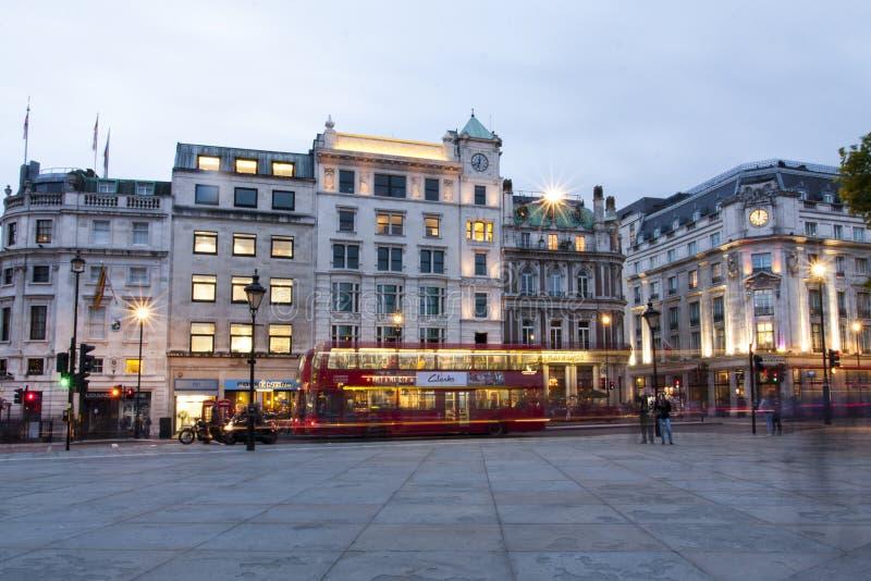 Londres, Reino Unido, tráfego da noite de Trafalgar Square imagens de stock