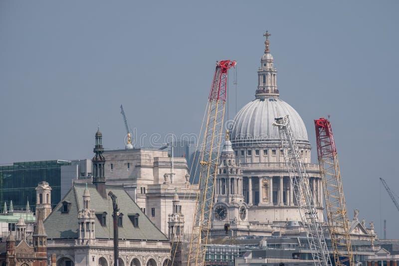 Londres Reino Unido Vew panorâmico da abóbada icónica da catedral do ` s de St Paul, do rio Tamisa, de guindastes e de construçõe fotos de stock royalty free