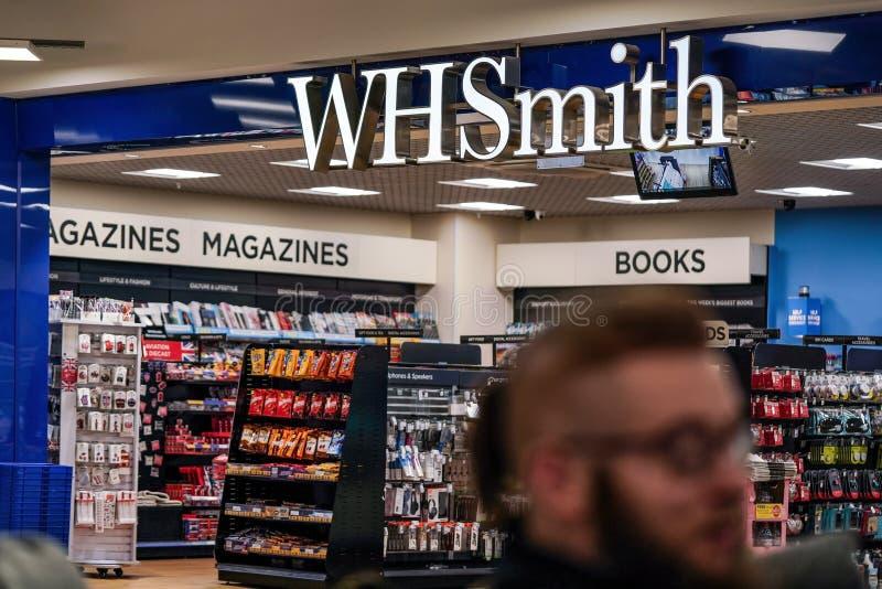 Londres, Royaume-Uni - 5 février 2019 : L'homme inconnu marche devant la branche de WHSmith à l'aéroport de Londres Luton WHS est images stock