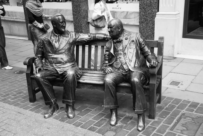 Londres, Royaume-Uni - 25 février 2010 : la sculpture des hommes se reposent sur le banc en bronze Les alliés sculptent sur la ru photo libre de droits