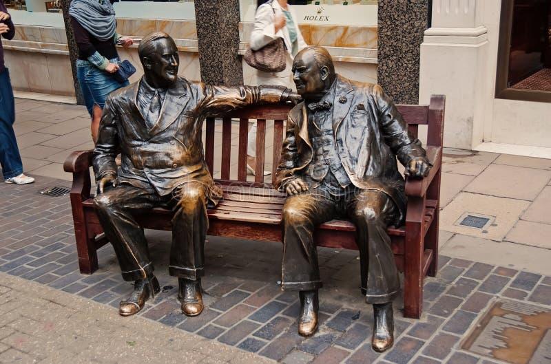 Londres, Royaume-Uni - 25 février 2010 : la sculpture des hommes se reposent sur le banc en bronze Les alliés sculptent sur la ru image libre de droits