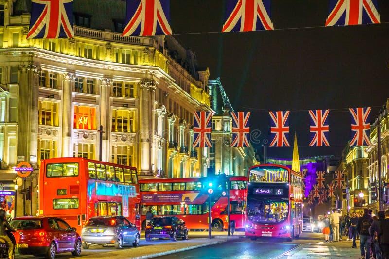 Londres, Royaume-Uni - 18 juin 2016 : Rue d'Oxford par nuit, avec les drapeaux et l'autobus de Londodn images libres de droits