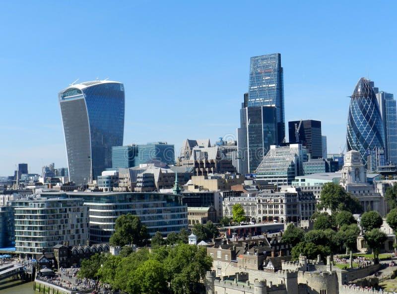 Londres, Royaume-Uni La ville du pont de tour Gratte-ciel avec le ciel bleu image stock