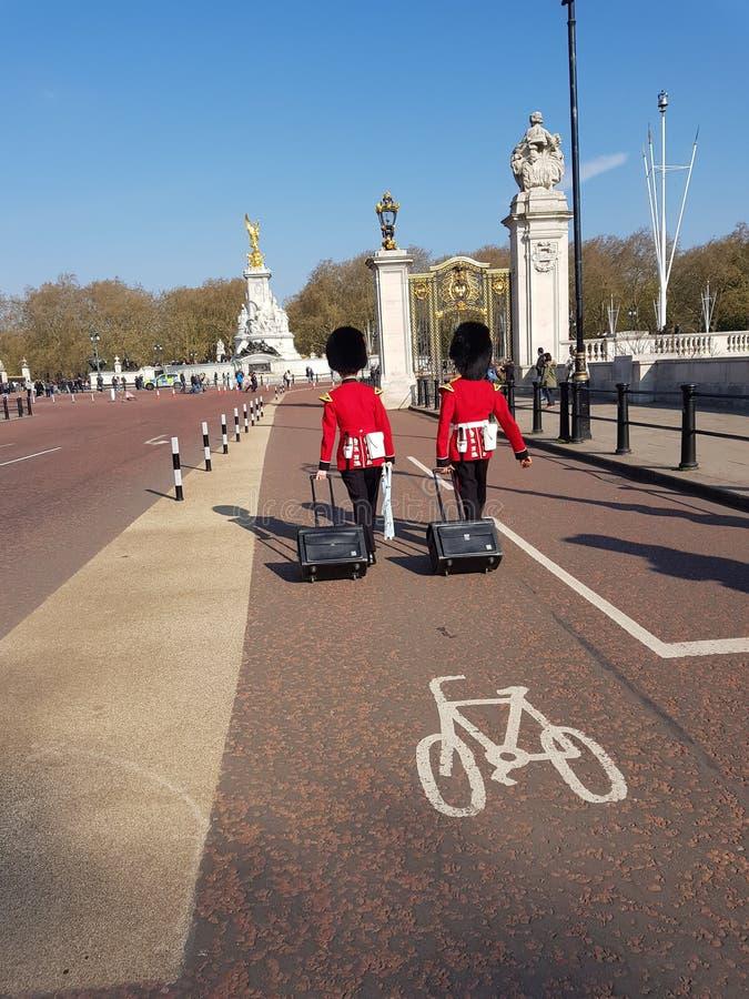 Londres, Royaume-Uni, le 14 avril 2019 Deux hommes de la garde de la Reine venant au Palais de Buckingham photos libres de droits