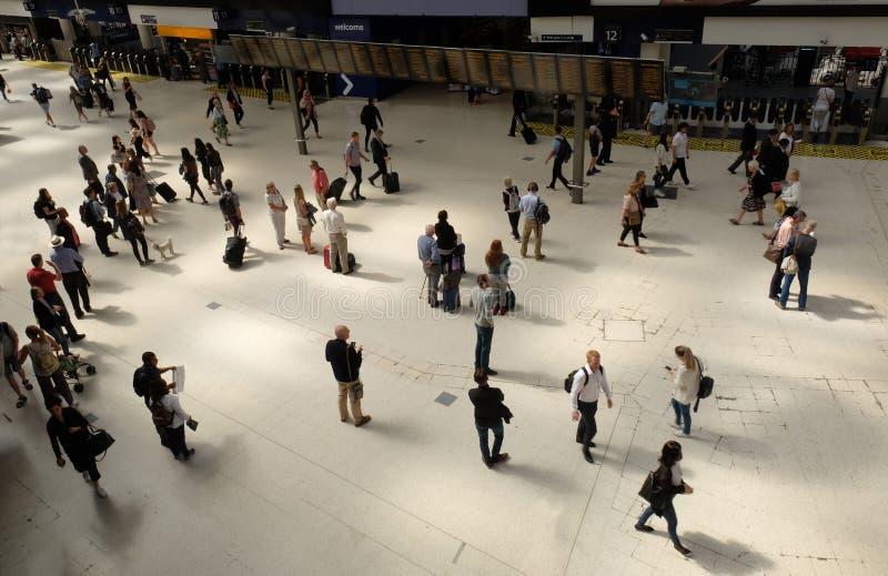 Londres, Royaume-Uni : Le 1er juillet 2019 - passagers à la gare ferroviaire de Waterloo photo libre de droits