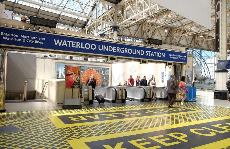 Londres, Royaume-Uni : Le 1er juillet 2019 - passagers à la station de métro de Waterloo photos libres de droits