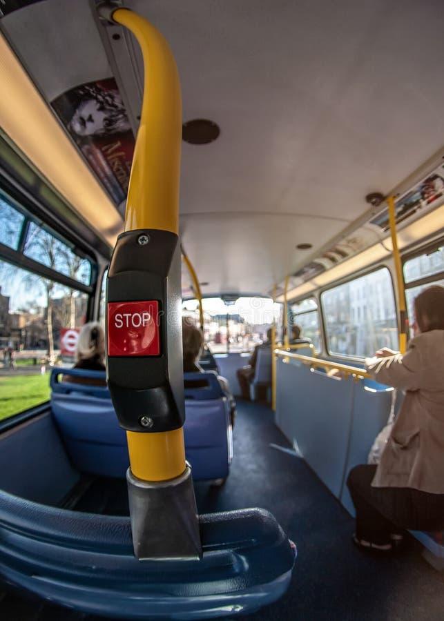 Londres, Royaume-Uni - 17 mars 2007 : Photo large extrême de fisheye, autobus de transport en commun, avec les passagers brouillé photos libres de droits