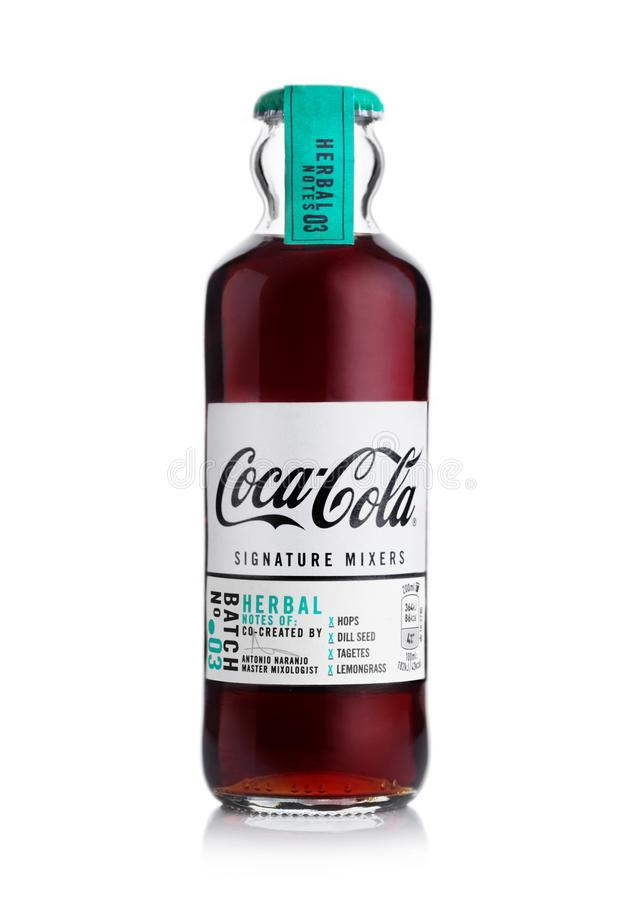LONDRES, RU - 8 NOVEMBRE 2019 : Une bouteille de verre de Coca Cola Herbal note des mélanges de signatures sur fond blanc photo stock