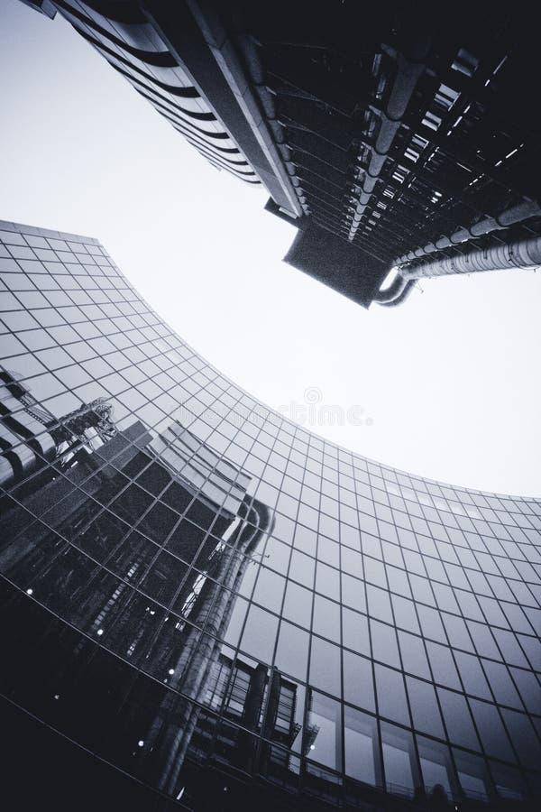 LONDRES - 21 SEPTEMBRE : Le bâtiment de Lloyds reflété