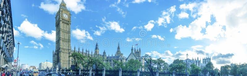 LONDRES - SEPTEMBRE 2016 : Promenade de touristes près de pont de Westminster, photos libres de droits