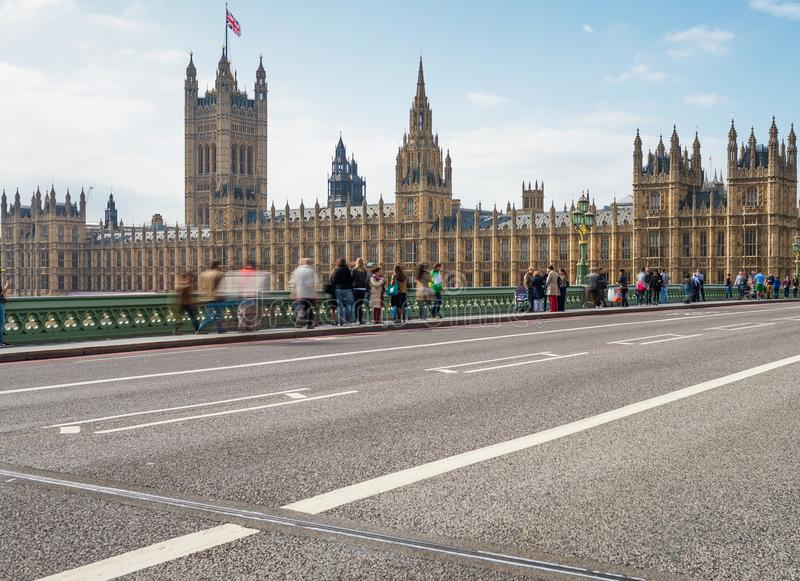 LONDRES - 29 SEPTEMBRE 2013 : Touristes sur le pont de Westminster lon photos libres de droits