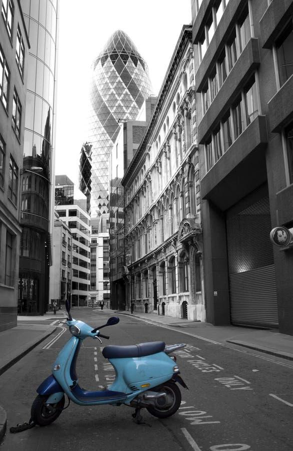 Londres - vespa y suizo con referencia a torre imágenes de archivo libres de regalías