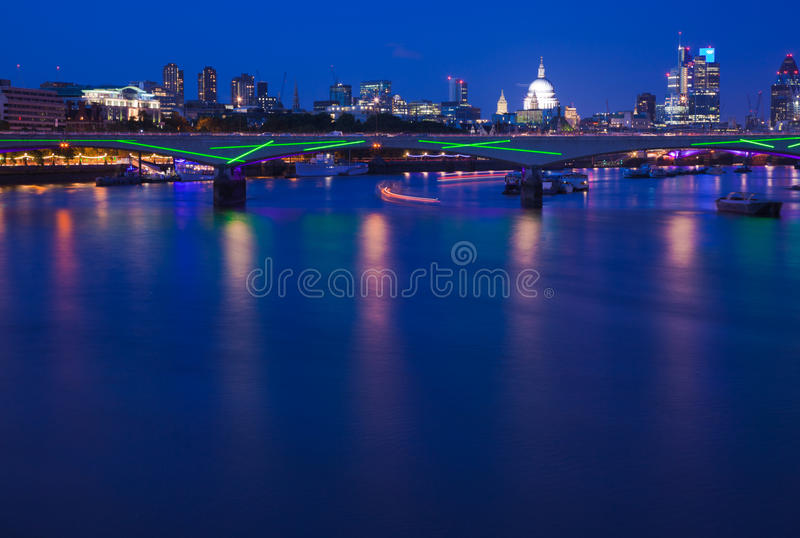 Londres, visión sobre Thames hacia imagen de archivo