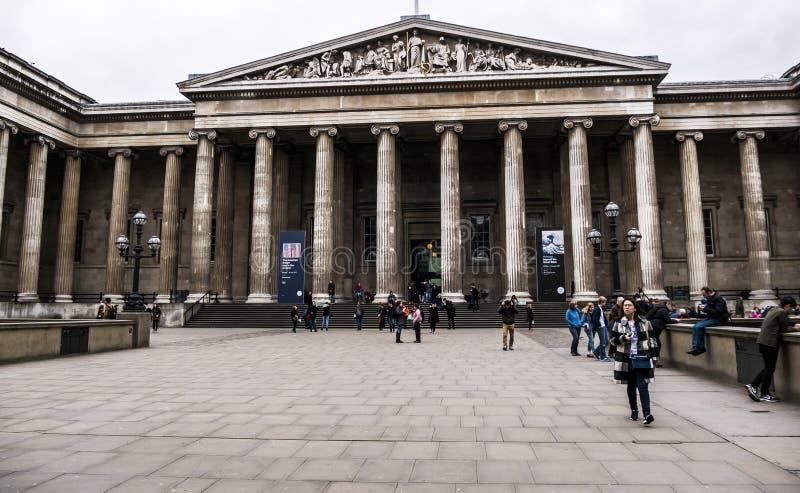 Londres, visiteurs à l'entrée principale de British Museum image stock