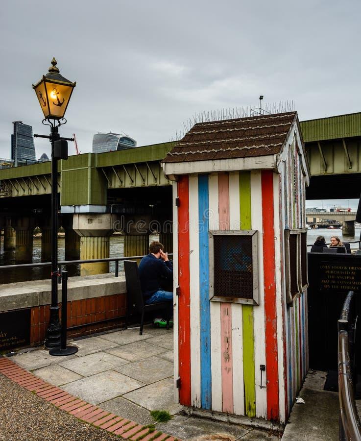 Londres - vue de café de pilier de Bankside photo libre de droits