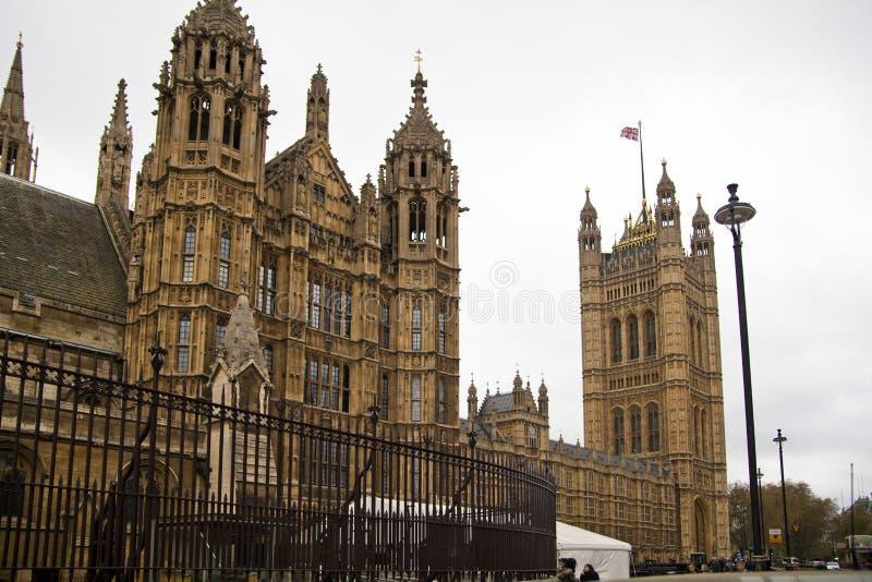 LONDRES, WESTMINSTER, Reino Unido - 5 de abril de 2014 as casas do parlamento e do parlamento elevam-se, veem-se do St de Abingon ilustração do vetor