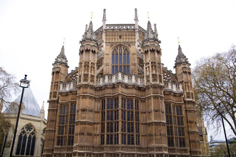 LONDRES, WESTMINSTER, Reino Unido - 5 de abril de 2014 as casas do parlamento e do parlamento elevam-se, veem-se do St de Abingon ilustração royalty free