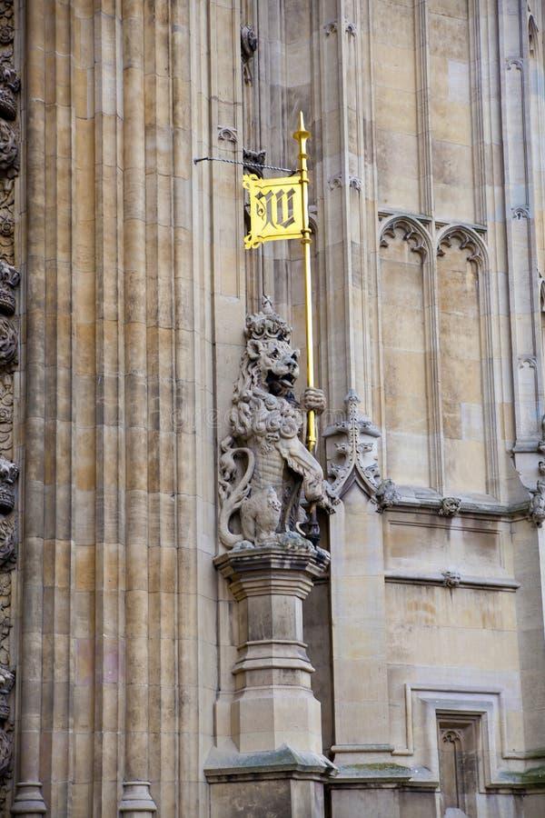 LONDRES, WESTMINSTER, Reino Unido - 5 de abril de 2014 as casas do parlamento e do parlamento elevam-se, veem-se do St de Abingon ilustração stock