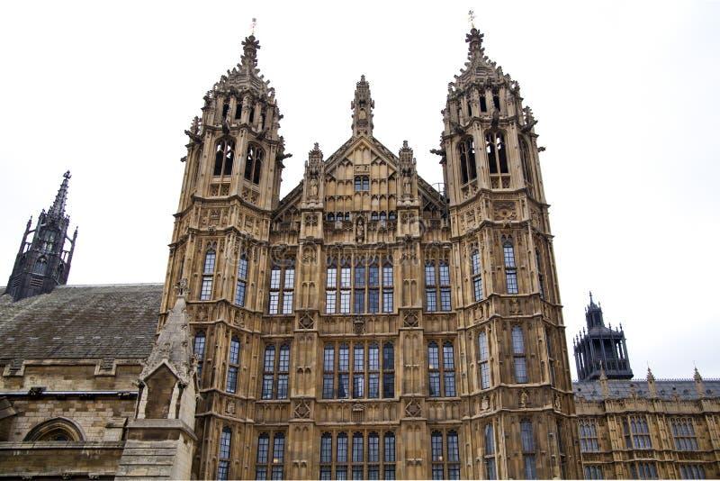 LONDRES, WESTMINSTER, Reino Unido - 5 de abril de 2014 las casas del parlamento y del parlamento se elevan, ven del St de Abingon stock de ilustración