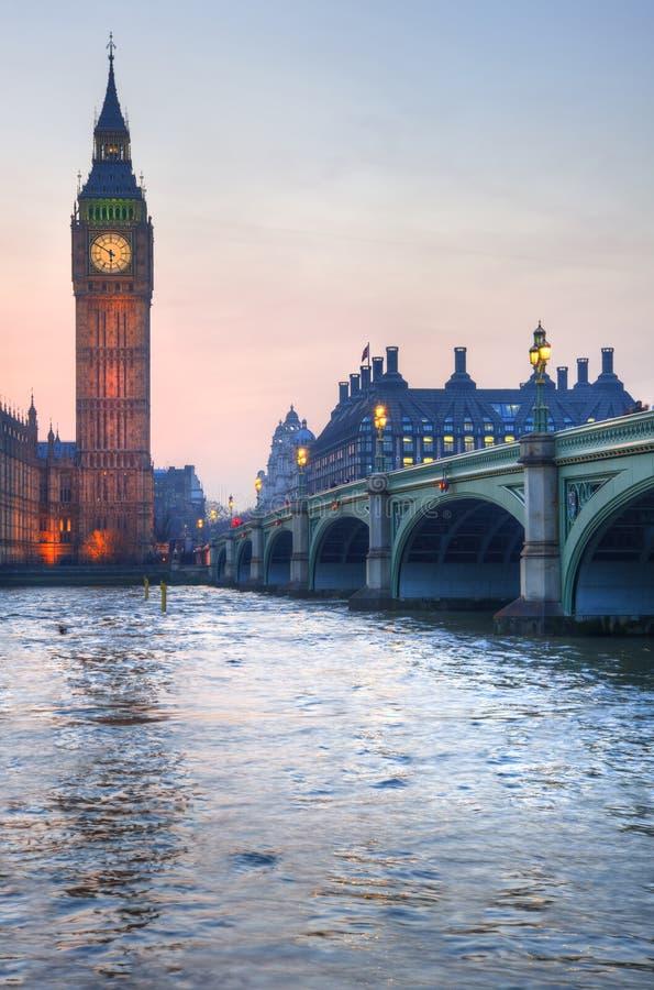 Londyńscy przyciągania Big Ben i Westminister most kształtują teren duri fotografia royalty free
