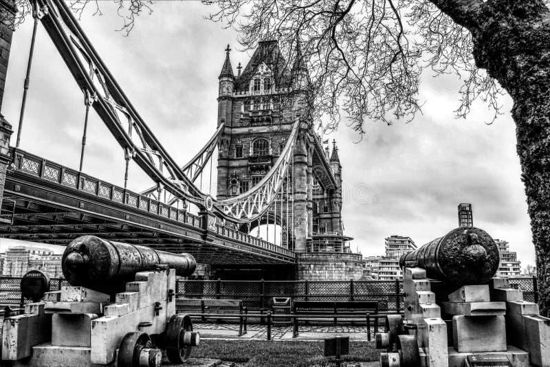 Londyńscy punkty zwrotni - Basztowy most w czarny i biały fotografia stock