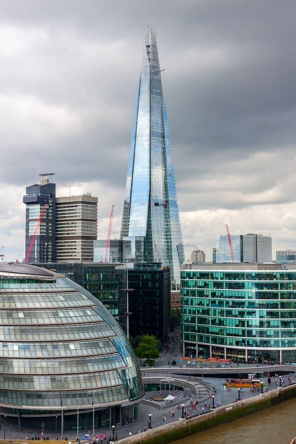 Londyńska linia horyzontu z urzędu miasta ande czerepem obrazy royalty free