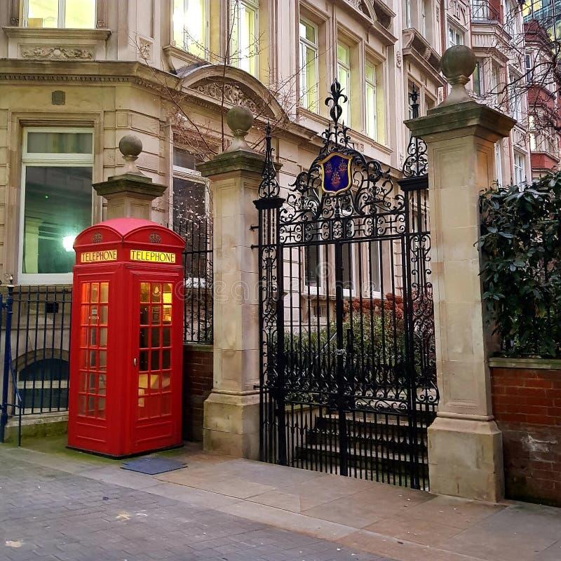 Londyńska skrzynka telefoniczna dobrze oświetlona na końcu Throgmorton Avenue wcześnie rano zdjęcie stock
