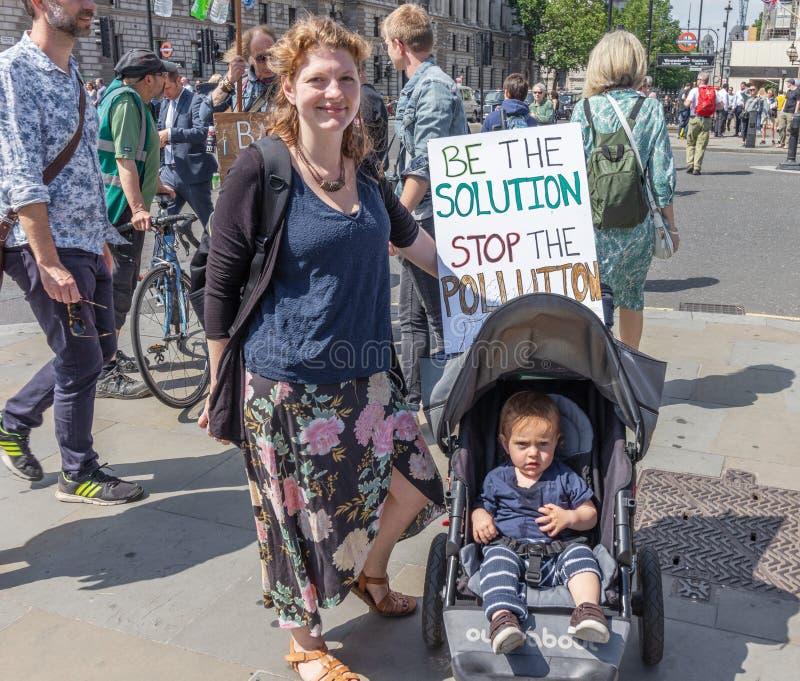 Londyńska, UK kobieta mówi z znakiem/«Był rozwiązaniem, zatrzymuje zanieczyszczenie «outside parlamentu w Westminister - Czerwiec obraz royalty free