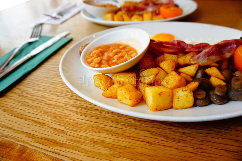 Londyński Angielskiego Breakfast/śniadanio-lunch/Piec fasoli, baleronu, gruli/ fotografia royalty free