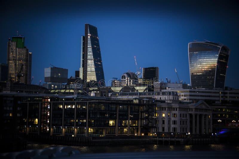 Londyński Blackfriars widzieć z naprzeciw Thames jako noc spada zdjęcia stock