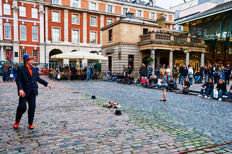 Londyński Covent ogródu cyrkowy wykonawca przy dniem od niskiego pozioma obrazy stock